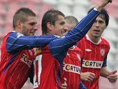Fotbalisté Brna se radují z gólu, který vstřelil Filip Rýdel
