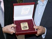 CENA PRO PRAHU. Pražský maraton, který řídí Carlo Capalbo (vpravo), získal zlatou známku i díky podpoře Libora Varhaníka, šéfa českého atletického svazu.