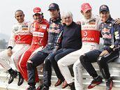 Zleva: Hamilton, Alonso, Webber, Ecclestone, Button a Vettel. Pět adeptů na titul mistra světa 2010 tři závody před koncem sezony a šéf seriálu formule 1.