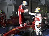 Lewis Hamilton (vpravo) gratuluje vítězi korejské Velké ceny Fernandu Alonsovi.