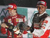 Lewis Hamilton (vpravo) a Fernando Alonso slaví na stupních vítězů korejské Velké ceny.