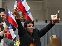 Horníci dostali od prezidenta Piňery plakety ke 200. výročí vzniku Chile a miniaturní repliky kabiny Fenix. (25. října 2010)