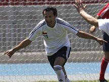 Raul Bustos a Mario Sepulveda se radují ze vstřeleného gólu v utkání zachráněných horníků proti vládě a prezidentovi. (25. října 2010)
