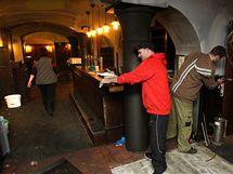 Pracovníci plzeňské restaurace Na Parkánu uklízejí po nočním požáru