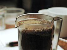 Kávu nejprve promíchejte