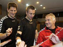 Trenér reprezentace Martin Lipták (v červené bundě) se svými svěřenci. Vlevo od něj stojí Daniel Kubeš,a Filip Jícha