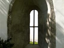 Klášter u Nepomuka, okno ve hřbitovní zdi