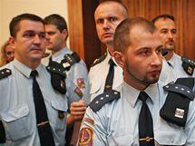 V budově soudu vládla přísná bezpečnostní opatření. Přítomni byli členové justiční i vězeňské stráže a také ozbrojení těžkoděnci.