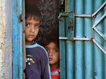 Sourozenci Chalída Mohammada si ostýchavě prohlíží návštěvu cizinců