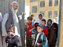 Ředitel dohlíží na žáky, kteří odcházejí ze školy