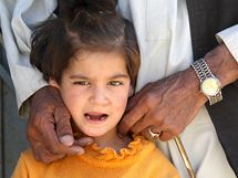 Postižená holčička odchází ze školy v Kolangaru v doprovodu dědy