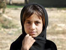 Afghánské děti se zvědavě dívají na patrolu českých vojáků a civilních pracovníků