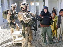 Stavební inženýrka Klára Janotové spolu s vojáky kontroluje mléčné centrum v Šikaku