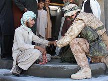 Český voják ošetřuje zraněného afghánského dělníka