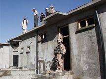 Civilní experti kontrolují stavbu hedvábnické farmy v Powraku