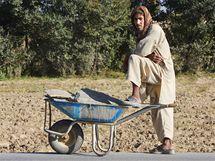 Afghánský dělník, který staví hedvábnickou farmu v Powraku