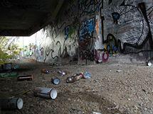 Legální plocha graffiti v oblasti Barrandovského mostu.