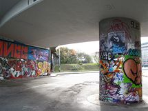 Legální plocha graffiti v oblasti pražského Těšnova.