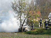 Požár trabantu po nehodě v Blešně u Hradce Králové