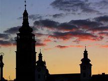 Zleva dvě věže kostela sv. Ducha a Bílý věž v Hradci Králové
