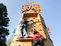 Na lezecké stěně si mohli žáci vyzkoušet zda umí šplhat jako makak