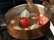 Na pánev přidejte na kostičky pokrájenou mrkev a jablko s hřebíčky