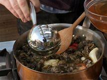 Vše zalijte vývarem, přikryjte a nechte vařit