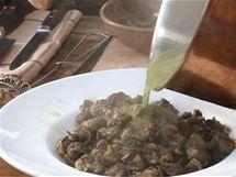 Polovinou omáčky zalijte uvařené šneky