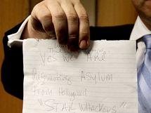 Vzkaz manřelů Quaidových, na němž potvrzují, že v Kanadě požádali o azyl