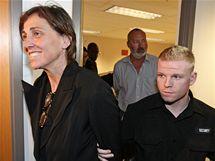 Evi Quaidová a manžel odcházejí od soudu ve Vancouveru