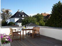 Nová prostorná terasa vybudovaná na střeše garáže. I zde se lze kochat pohledem na mořskou modř.