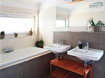 Pásové okno osvětluje příjemně koupelnu v patře