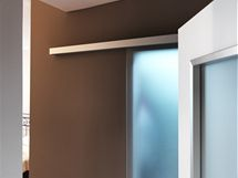Kovová kolejnice pro posuvné dveře a lišty u otvíravých dveří spolu skvěle ladí