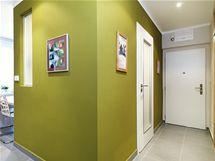 Prosklené dveře do koupelny se satinovaným sklem prostor koupelny osvětlují, ale zachovávají intimitu
