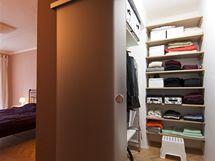 Posuvné dveře do šatny zabírají minimum prostoru