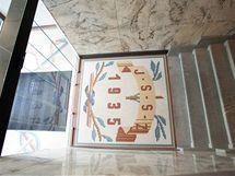 Původní mozaika ve vstupu do budovy