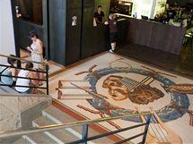 Původní mozaiku v přízemí skrývalo řadu let PVC