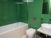 Některé koupelny mají jako obklad sklo