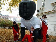 Mladí designéři oblékli pražské sochy