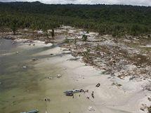 Ničivá tsunami v Indonésii spláchla do moře celé vesnice (29. října 2010)