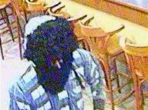 Maskovaný lupič přepadl bar ve Starém Městě. Odnesl si 100 tisíc korun.