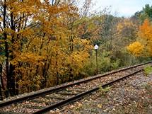 Opuštěná železniční trať Břeclav – Lednice u bývalé zastávky Lednice-rybníky. Dnes slouží jen občasným jízdám