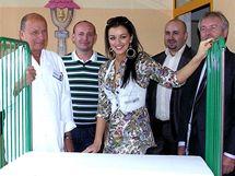Jitka Válková a David Novotný předali dvěma nemocnicím speciální dětské postýlky