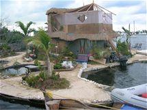 Konstrukce ostrova je zbudovaná z překližky a bambusu. Na nich je písek a zemina