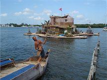 Ostrov měří v průměru 20 metrů a nadnáší jej 100 tisíc plastových lahví