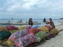 Umělý ostrov Spiral Island nadnáší pytle se síťoviny naplněné plastovými lahvemi