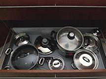 Majitelé se detailně zabývali rozmístěním hrnců, příborů a dalšího náčini v zásuvkách skříňkách. Díky tomu je vše při ruce a snadno se udržuje pořádek