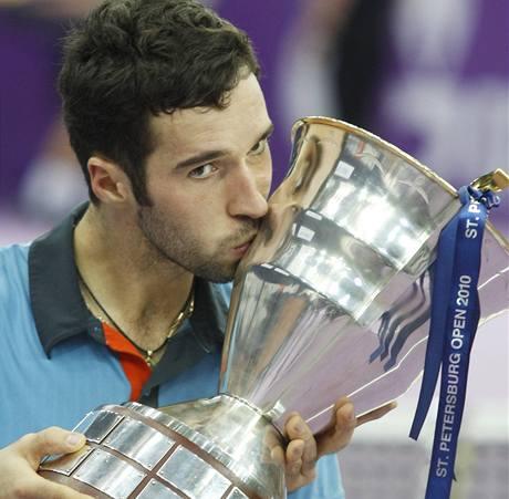 Michail Kukuškin s trofejí pro vítěze turnaje v Moskvě