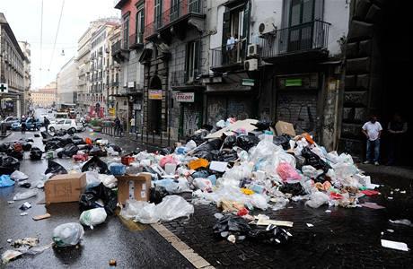 Tisíce tun odpadků v ulicích italské Neapole