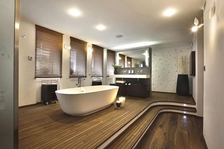 V hlavní koupelně kraluje vana značky Antonio Lupi a další vybavení téže značky. Nechybí kvalitní teaková podlaha.  Originální design nástěnných svítidel Lucellino (Ingo Maurer) koupelnu ozvláštňuje.
